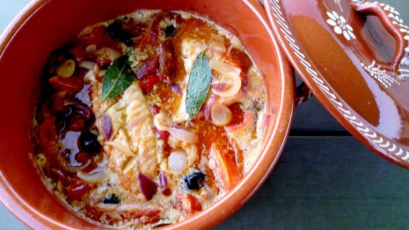 Morue au chourico cuite au four bacalhau no chourico - Plat tajine terre cuite ...