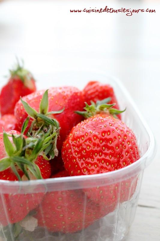 Barquettes de craquelins Margely caramélisés aux fraises et caramel au beurre salé-trois