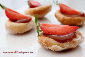 Barquettes de craquelins Margely caramélisés aux fraises et caramel au beurre salé_article