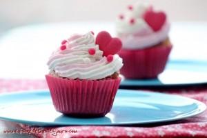 Cupcakes à la vanille, coeurs de fraise
