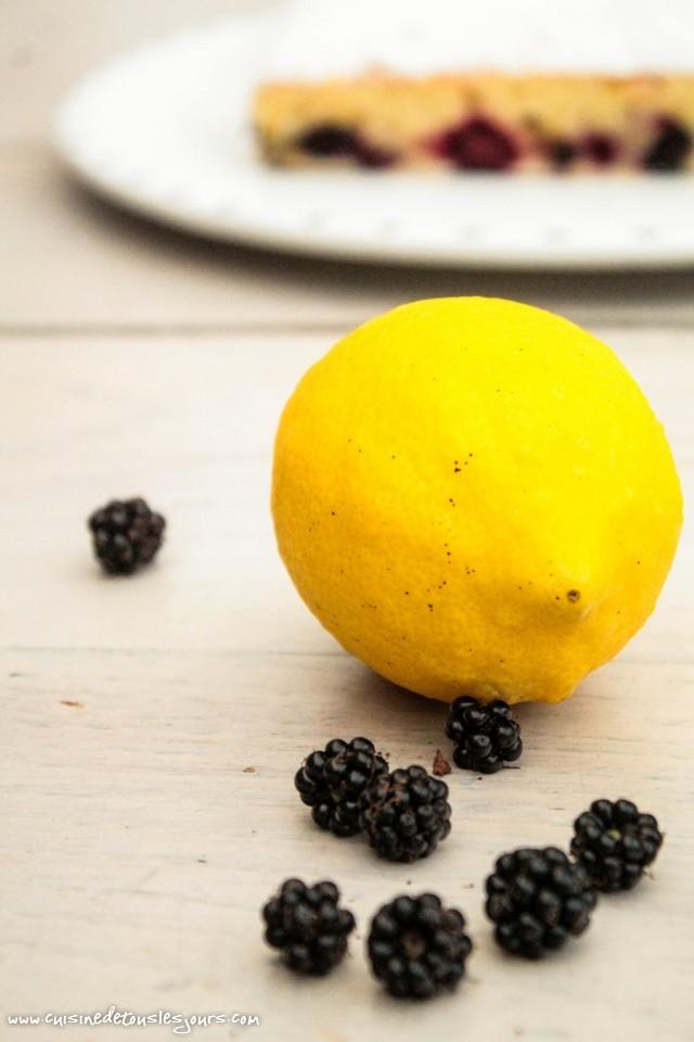 Moelleux au citron et mûres - ©www.cuisinedetouslesjours.com
