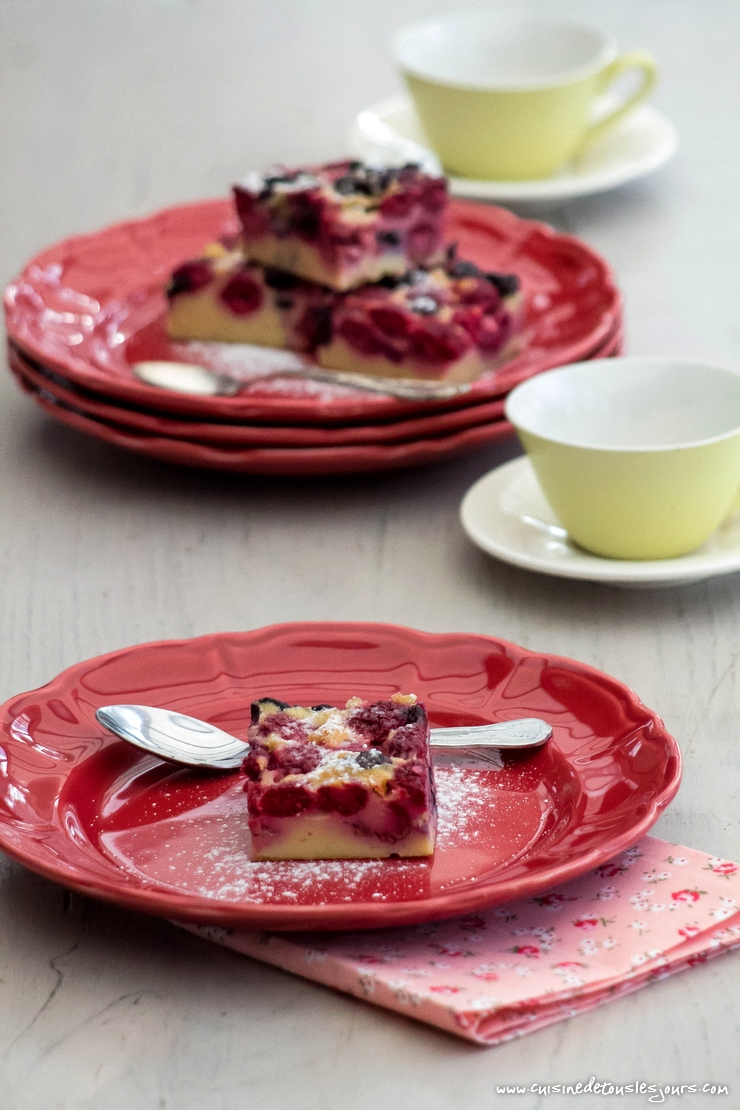 Clafoutis aux framboises et myrtilles - ©www.cuisinedetouslesjours.com