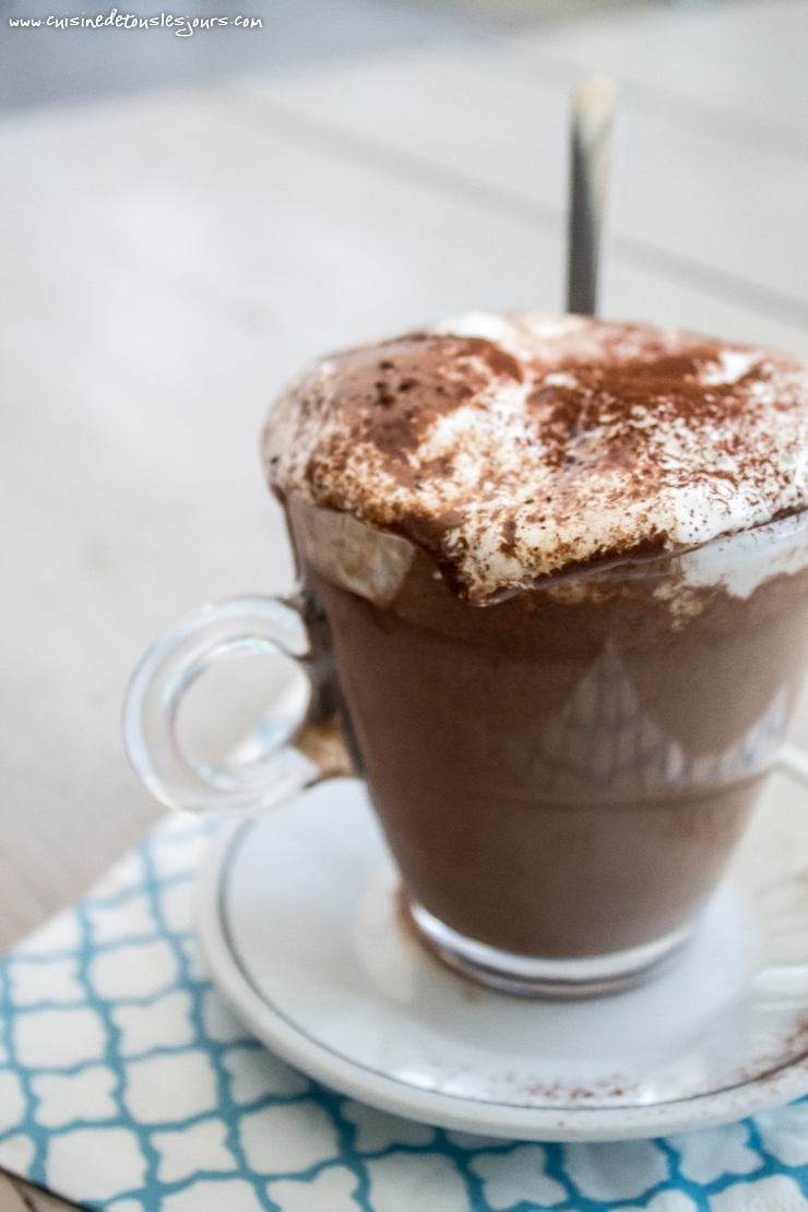 Hot Chocolate with topped fluff - ©www.cuisinedetouslesjours.com