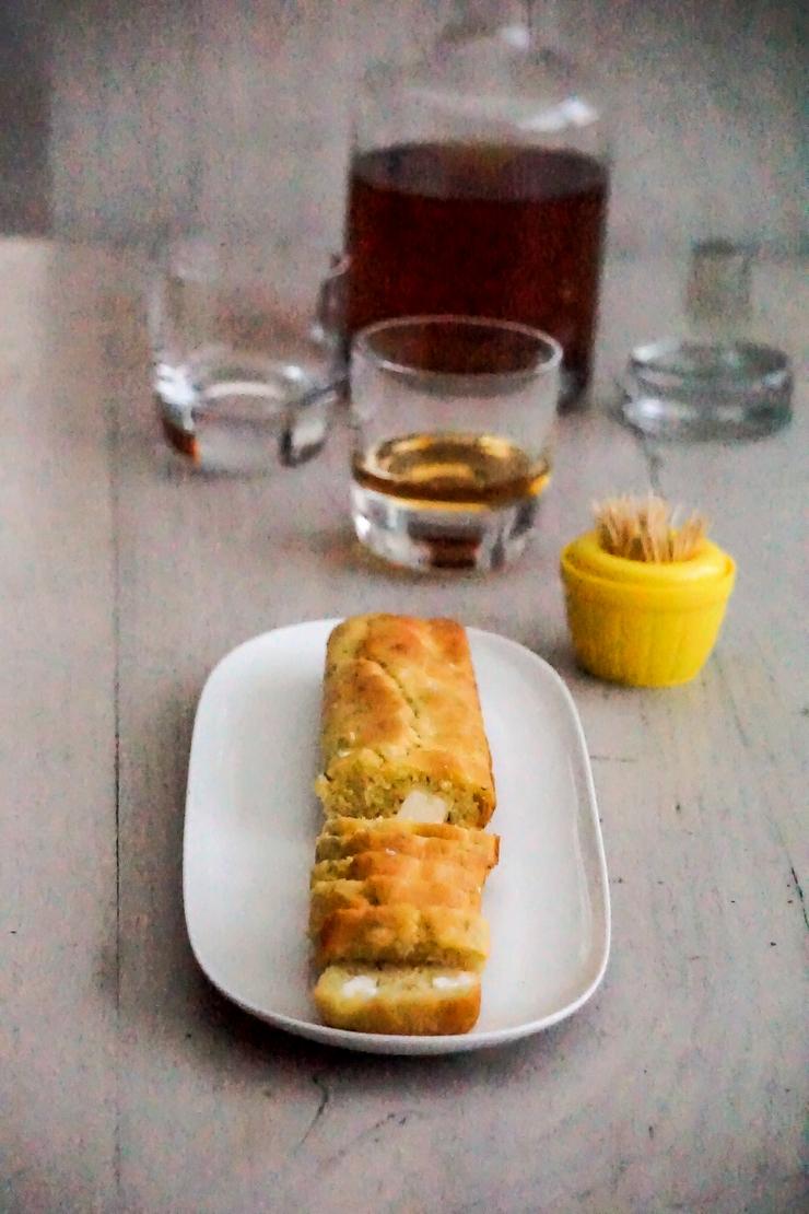 Gâteau au yaourt salé au chèvre, ail et thym - ©www.cuisinedetouslesjours.com