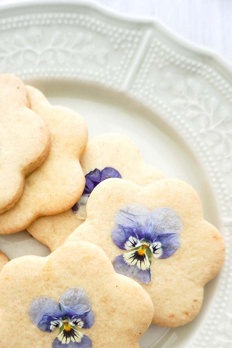 Biscuits au citron et pensées - ©www.cuisinedetouslesjours.com