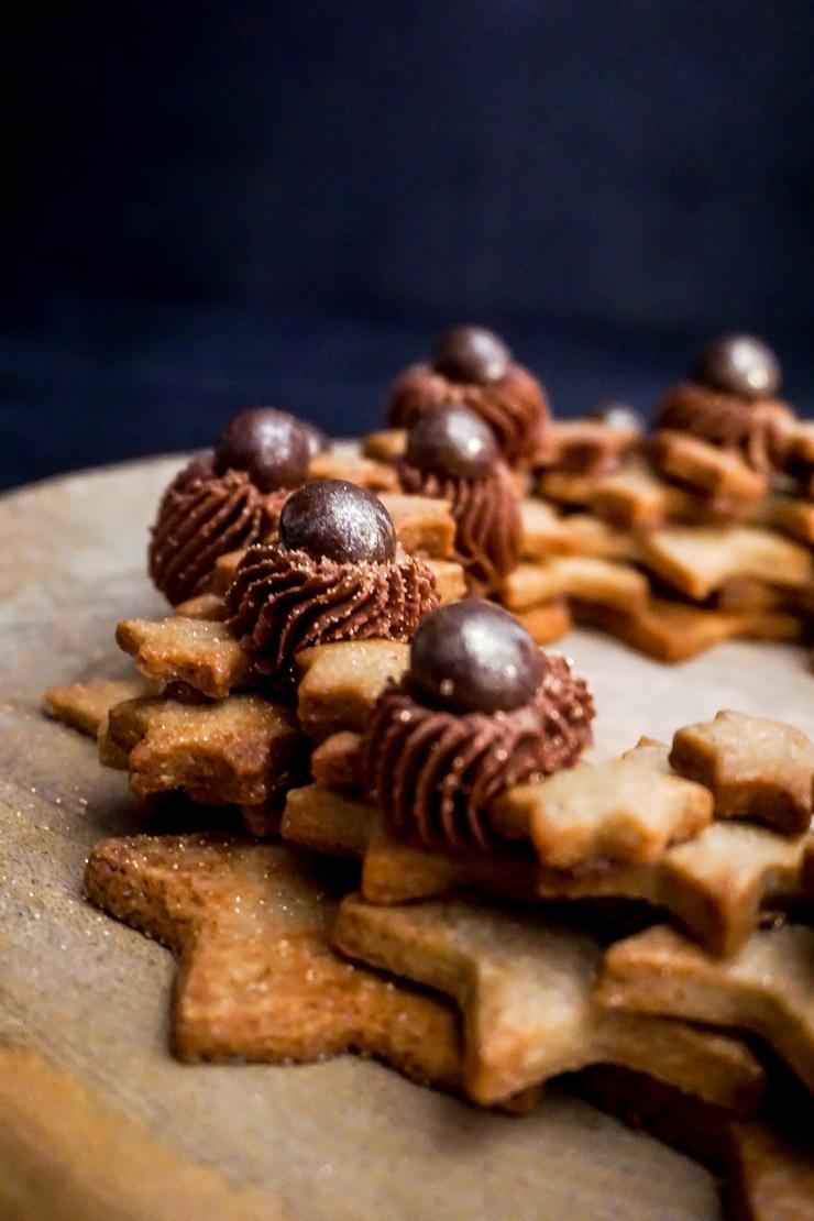 Couronne de sablés aux épices et ganache montée au chocolat et à la fère tonka - ©www.cuisinedetouslesjours.com