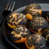 Choux craquelin au charbon végétal, curd à l'orange et cardamome - ©www.cuisinedetouslesjours.com