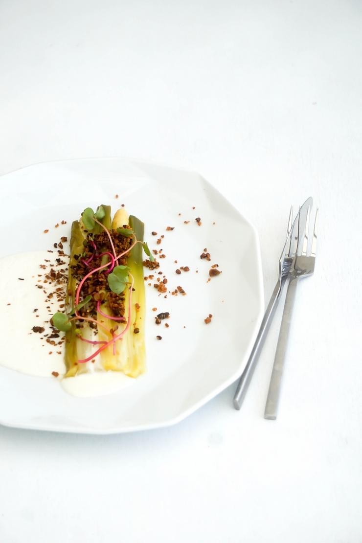Asperges et poireaux, crème de haddock et crumble de sarrasin et noisette