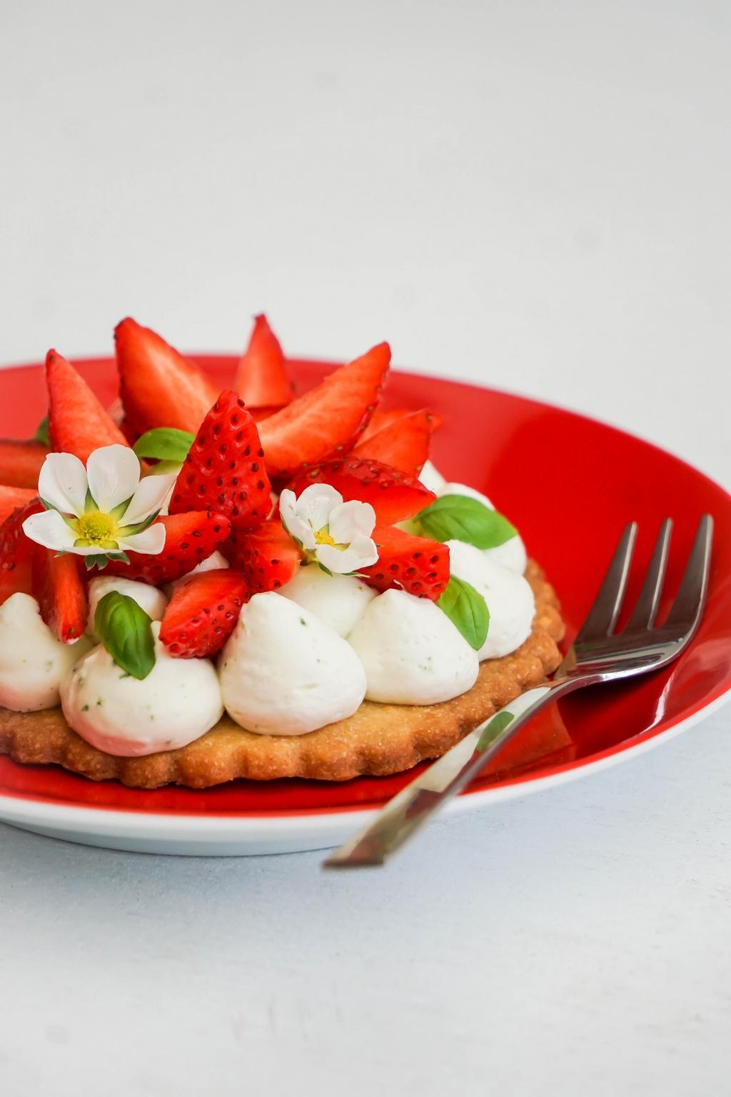 Tartelettes aux fraises gariguette, chantilly au basilic et sablé au poivre long - ©www.cuisinedetouslesjours.com