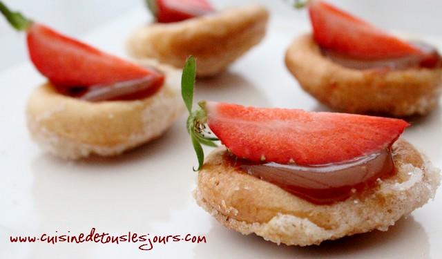 Barquettes de craquelins Margely caramélisés aux fraises et caramel au beurre salé_une