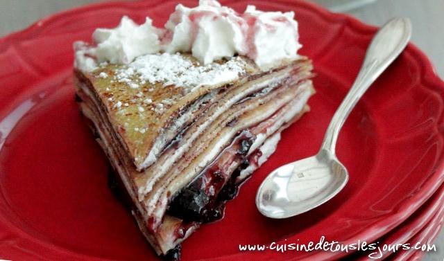 ©www.cuisinedetouslesjours.com - Gâteau de crêpes à la confiture de cerises noires