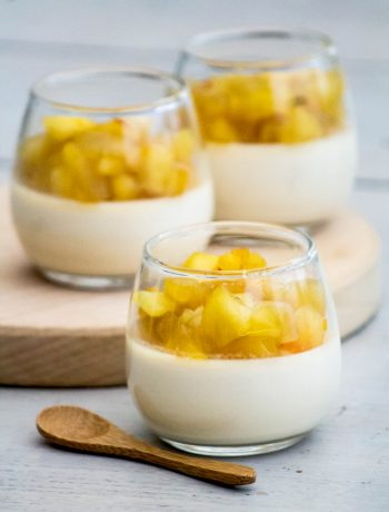 Panna Cotta au caramel au beurre salé, compotée de pommes au miel et safran - ©www.cuisinedetouslesjours.com